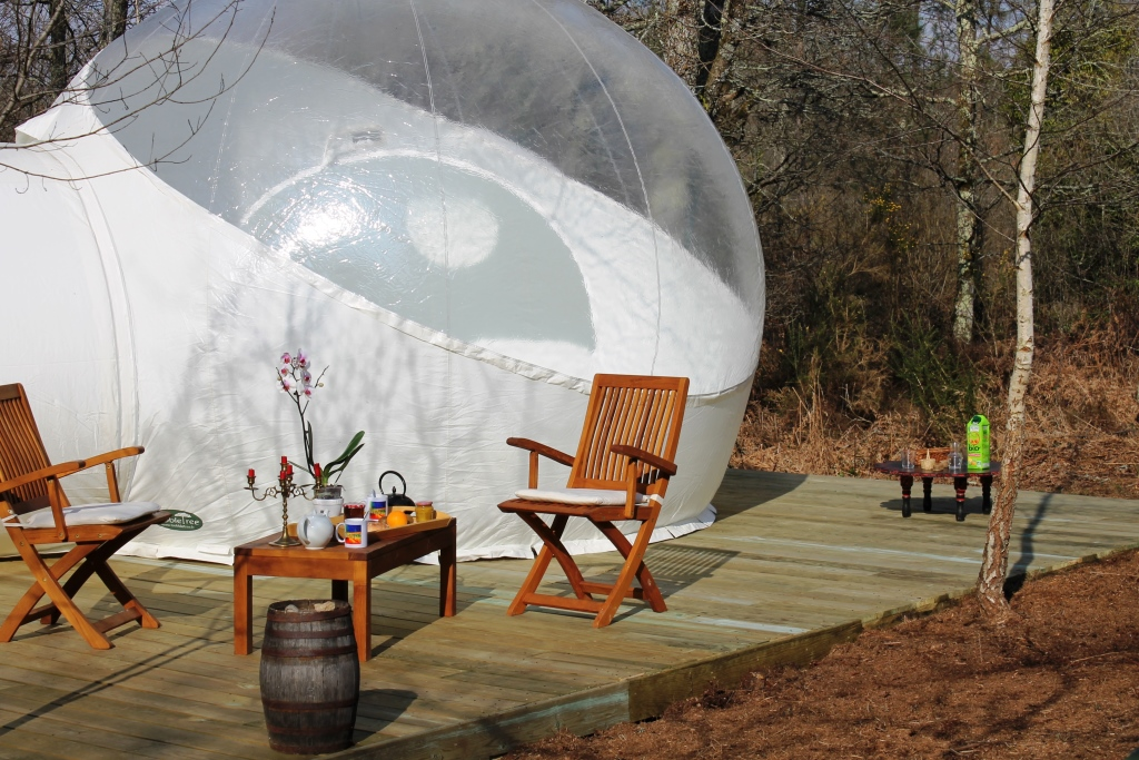 Hébergement insolite bulle uni-verts petit dej